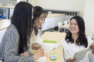 講義室で談笑する大学生の写真素材 [FYI04838559]