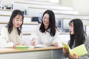 講義室で談笑する大学生の写真素材 [FYI04838560]