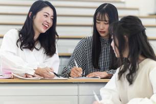 講義室で談笑する大学生の写真素材 [FYI04838562]