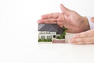 家の模型を持ったセールスマンの写真素材 [FYI04838647]
