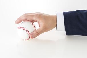 野球ボールを持ったビジネスマンの写真素材 [FYI04838649]