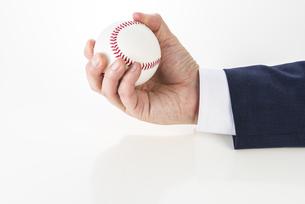 野球ボールを持ったビジネスマンの写真素材 [FYI04838650]
