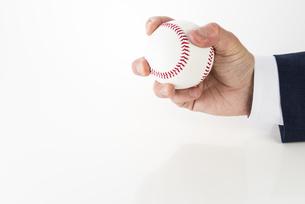 野球ボールを持ったビジネスマンの写真素材 [FYI04838651]