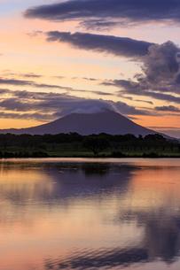 茨城県 母子島遊水地の夜明けの写真素材 [FYI04838741]