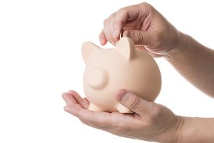 貯金箱にお金を入れるの写真素材 [FYI04838940]