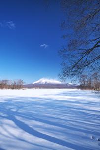 大沼と駒ケ岳の写真素材 [FYI04838974]