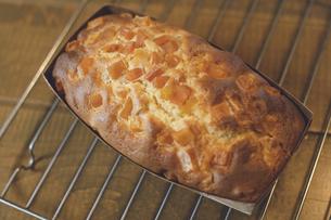 ホットケーキミックスで簡単手作りの干し芋入りパウンドケーキ(さつまいもケーキ)の写真素材 [FYI04839060]