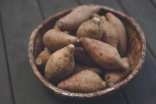 鹿児島の名産さつまいも(安納芋)の山のクローズアップ写真の写真素材 [FYI04839101]