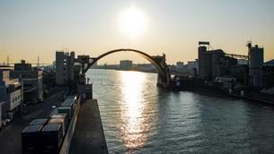 春の夕陽をうけ黄金色に輝く安治川水門の写真素材 [FYI04839114]