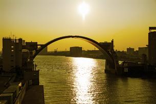 春の夕陽をうけ黄金色に輝く安治川水門の写真素材 [FYI04839115]