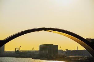 春の夕陽をうけ黄金色に輝く安治川水門の写真素材 [FYI04839116]