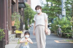 マスクをつけた親子の写真素材 [FYI04839139]