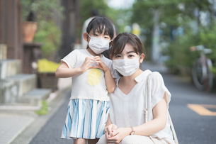 マスクをつけた親子の写真素材 [FYI04839140]