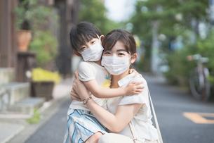 マスクをつけた親子の写真素材 [FYI04839141]