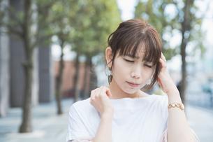ショックを受けて悲しい表情をする女性の写真素材 [FYI04839213]