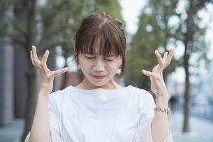 ショックを受けて悲しい表情をする女性の写真素材 [FYI04839223]