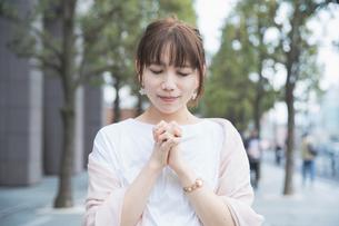 お祈りのポーズをする女性の写真素材 [FYI04839232]
