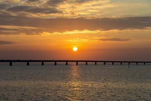 宮古サンセットビーチから望む伊良部大橋と夕陽の絶景の写真素材 [FYI04839541]