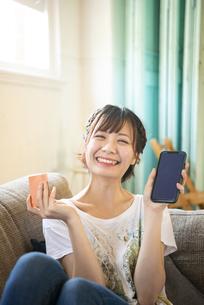 スマホとクレジットカードを持っている女性の写真素材 [FYI04839568]