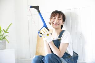 糸ノコを持って笑っている女性の写真素材 [FYI04839643]