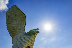 伊良部島の観光名所、フナウサギバナタ展望台の老朽化により撤去されたサシバのオブジェの写真素材 [FYI04839651]