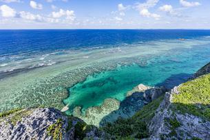 伊良部島の観光名所、フナウサギバナタ展望台沖の座礁船の写真素材 [FYI04839656]
