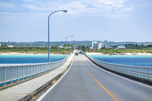 来間大橋を来間島から対岸の宮古島へ渡るの写真素材 [FYI04839718]