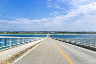 来間大橋を来間島から対岸の宮古島へ渡るの写真素材 [FYI04839719]