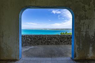 来間島 竜宮城展望台から望む対岸の前浜ビーチの写真素材 [FYI04839720]