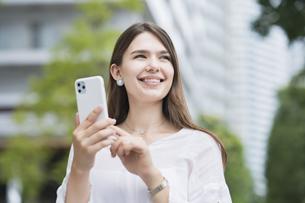 スマートフォンを操作する女性の写真素材 [FYI04839763]