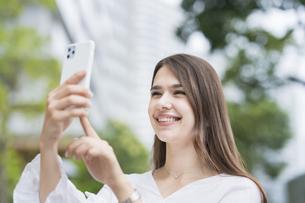 スマートフォンを操作する女性の写真素材 [FYI04839764]