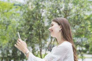 スマートフォンを操作する女性の写真素材 [FYI04839769]
