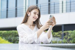 スマートフォンを操作する女性の写真素材 [FYI04839772]