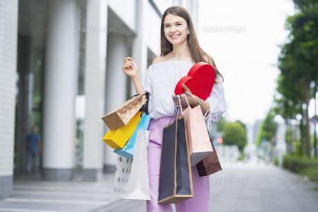 たくさんの買い物袋を抱える女性の写真素材 [FYI04839816]