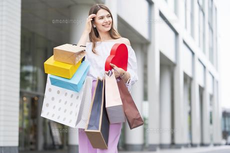 たくさんの買い物袋を抱える女性の写真素材 [FYI04839818]