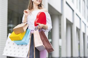 たくさんの買い物袋を抱える女性の写真素材 [FYI04839819]