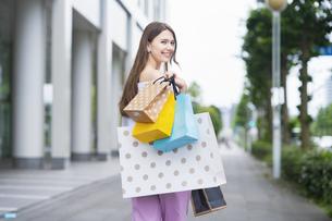 たくさんの買い物袋を抱える女性の写真素材 [FYI04839820]