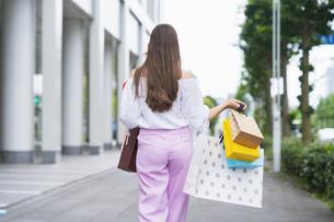 たくさんの買い物袋を抱える女性の写真素材 [FYI04839821]