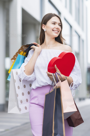 たくさんの買い物袋を抱える女性の写真素材 [FYI04839822]