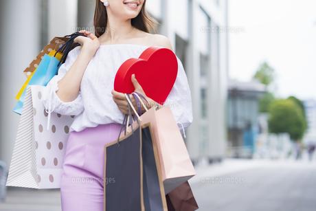 たくさんの買い物袋を抱える女性の写真素材 [FYI04839823]
