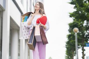 たくさんの買い物袋を抱える女性の写真素材 [FYI04839825]