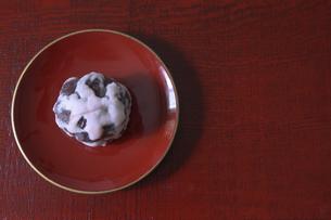 皿にのせた吹雪饅頭の写真素材 [FYI04839901]