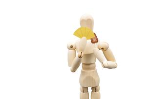 食事用マスクを持って肉を食べるデッサン人形の写真素材 [FYI04840018]