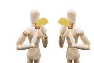 食事用マスクを持って向かい合って会食するデッサン人形の写真素材 [FYI04840024]