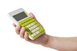 電卓を持つ手の写真素材 [FYI04840174]