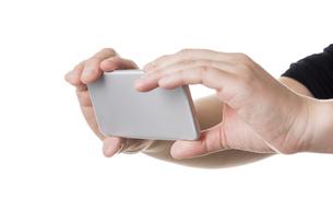 スマホを操作する手の写真素材 [FYI04840181]