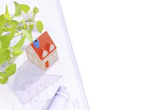 粘土の家と設計図の写真素材 [FYI04840413]