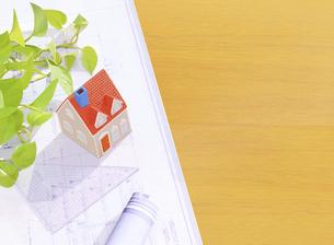 粘土の家と設計図の写真素材 [FYI04840414]