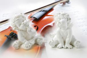 天使の人形とバイオリンの写真素材 [FYI04840441]