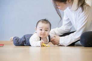 室内で、赤ちゃんと遊ぶお母さんの写真素材 [FYI04840614]